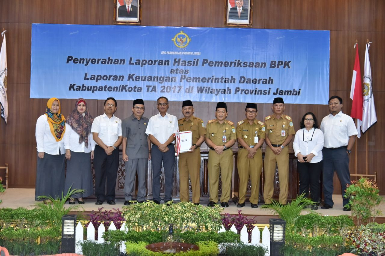 Plt Walikota Jambi didampingi Sekda menerima laporan hasil pemeriksaan BPK RI.