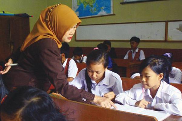 Ilustrasi Guru sedang mengajar di kelas