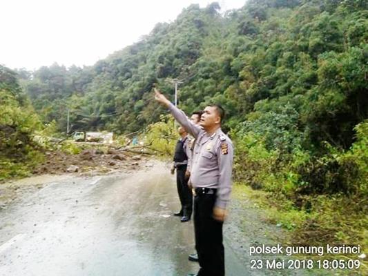 Aparat kepolisian saat meninjau titik longsor