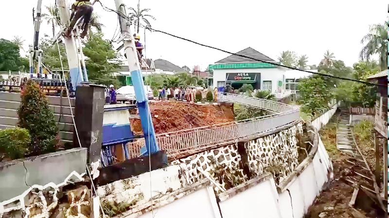 Penampakan Turap (dinding panahan tanah) yang longsor di rumah dinas Walikota.