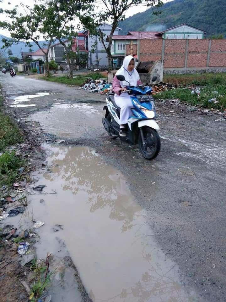 Kondisi jalan di Tanjung Pauh Kerinci yang rusak total.