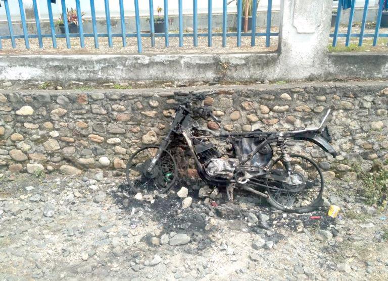 Sepeda motor yang dibakar massa