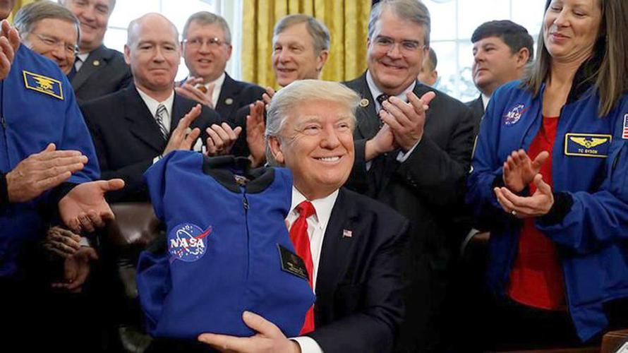 Donald Trump saat menandatangani pengucuran dana untuk NASA