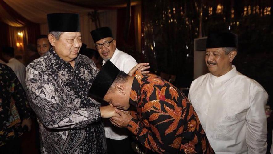 Gatot Nurmantyo mencium Tangan SBY.