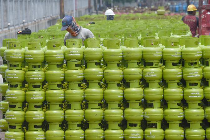 Pekerja menata tabung gas elpiji 3 kilogram di Depot and Filling Station LPG Pertamina.
