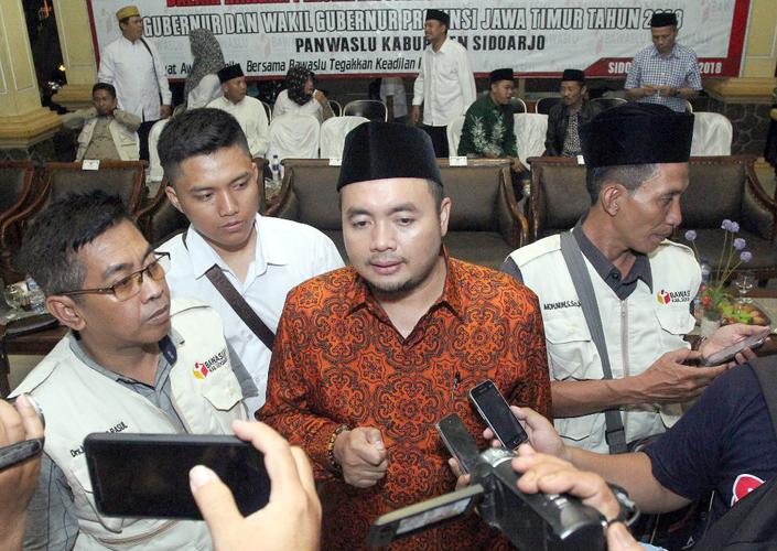Komisioner Bawaslu, Muhammad Afifuddin (tengah)