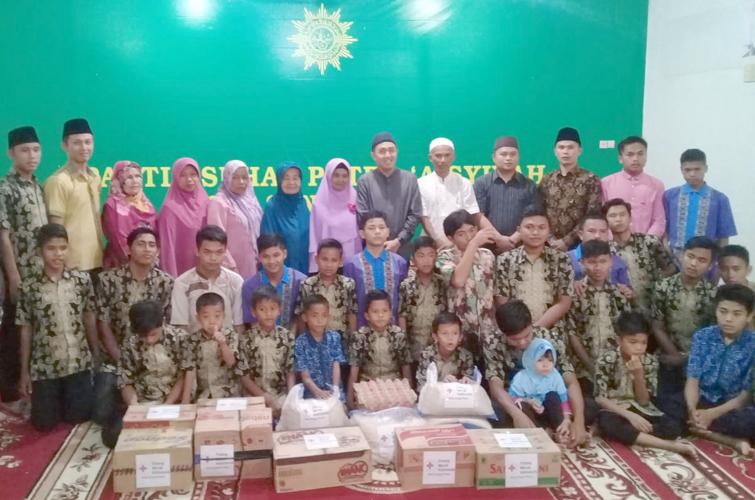 Foto bersama anggota PMI dengan Anak Panti