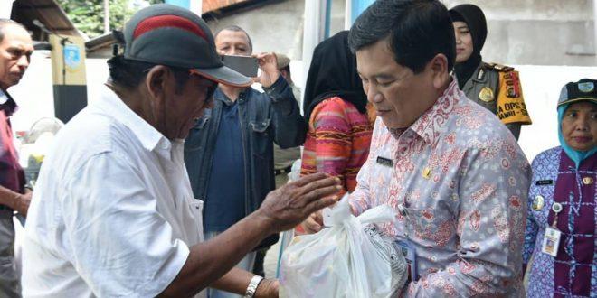 Sekda Kota Jambi Budidaya saat memberikan sembako murah