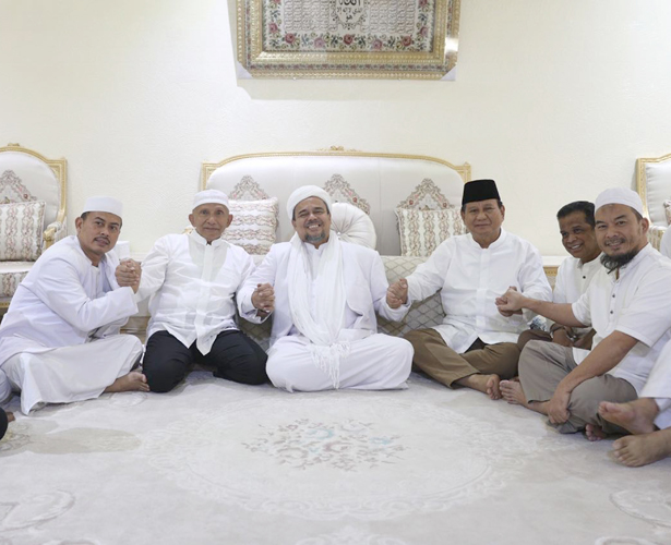 Tengah dari kiri: Amien Rais, Habib Rizieq, Prabowo Subianto.