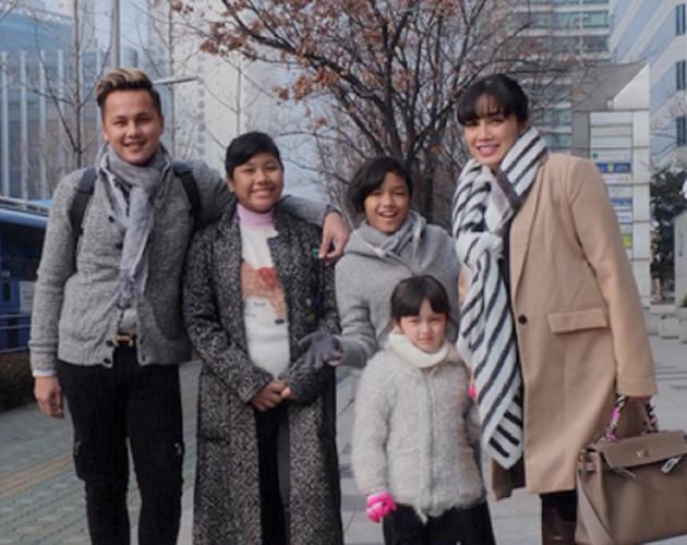 Ussy Sulistiawaty dan keluarga