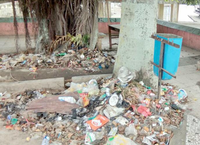 Tumpukan sampah yang terlihat di Danau Kerinci