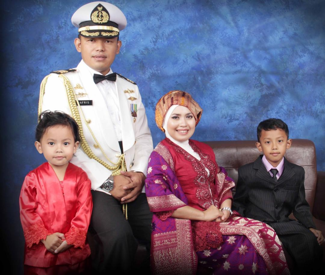 Mayor Laut Dafris bersama istri dan anak-anaknya.