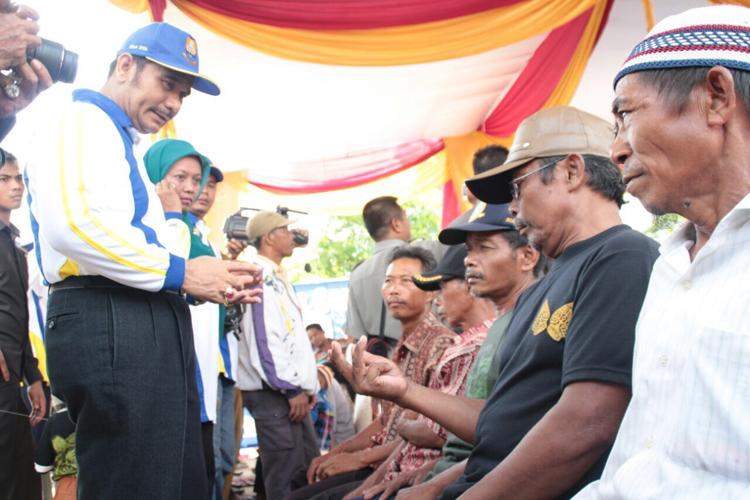 Sutan Adil Hendra saat tengah mendengarkan aspirasi masyarakat