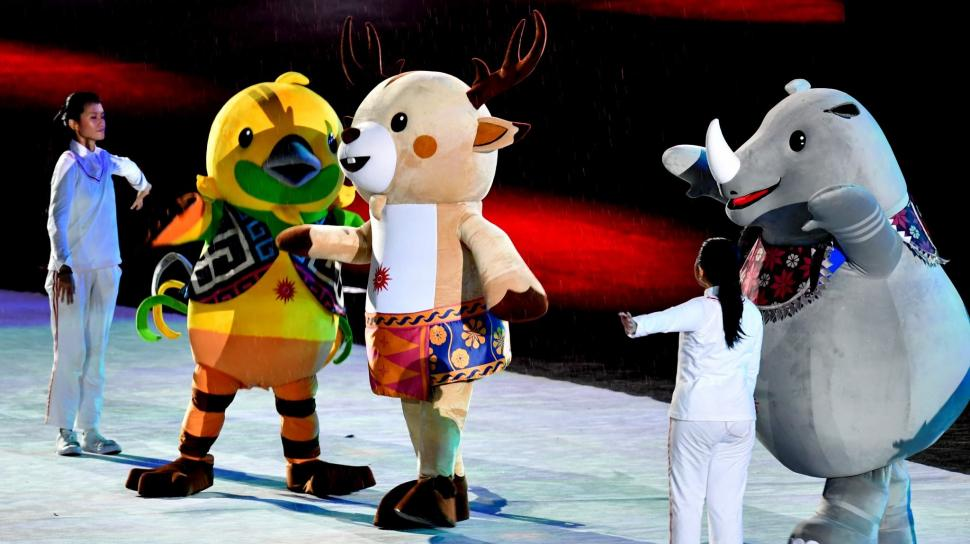 Tiga maskot Asian Games 2018, Kaka (kanan), Atung (tengah) dan Bhin Bhin (kiri) menyemarakkan Upacara Penutupan Asian Games ke-18 Tahun 2018 di Stadion Utama GBK, Senayan, Jakarta