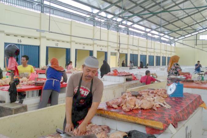 Pedagang daging ayam yang berjualan di pasar rakyat kramat tinggi Muarabulian