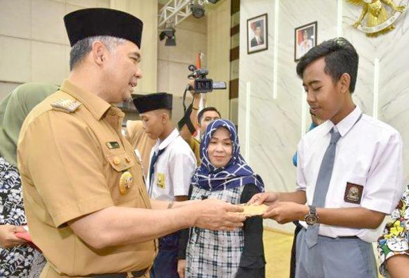 Wali Kota Fasha bersama pelajar penerima bantuan beasiswa