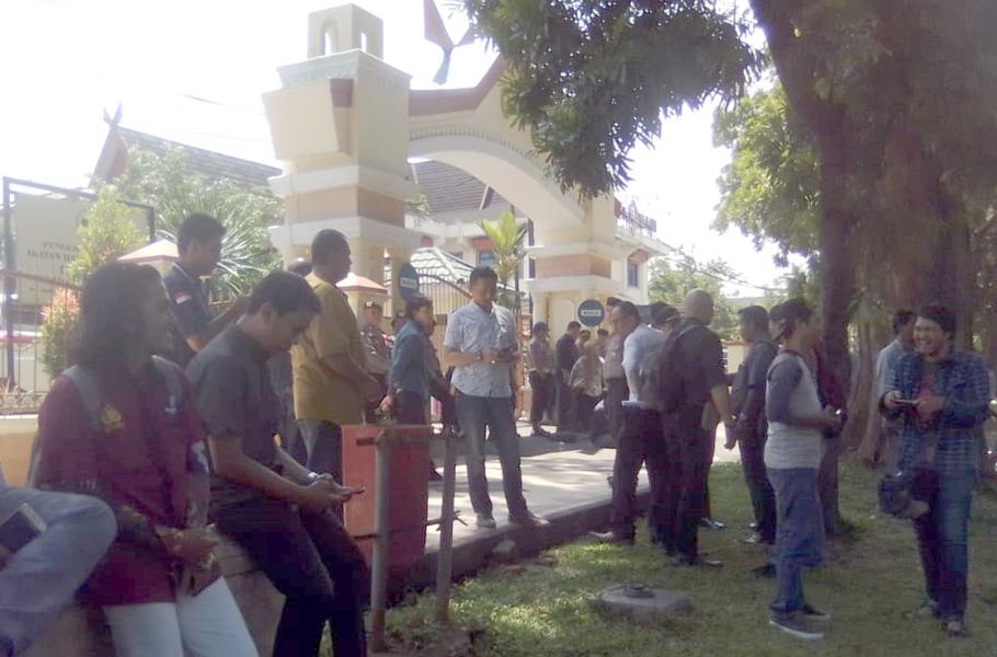 Massa demo Sidang Gugatan PDAM