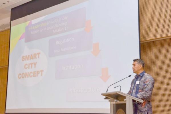Wali Kota Jambi H Syarif Fasha tengah menyampaikan paparan konsep smart city