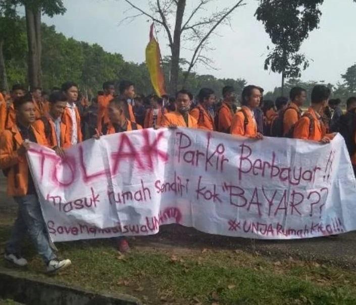 Mahasiswa ketika aksi menolak keberadaan parkir di Unja belum lama ini