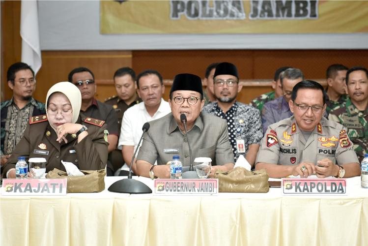 Gubernur Jambi Dr.Drs.H.Fachrori Umar, M.Hum diapit Kapolda dan Kajati dalam sebuah acara beberapa waktu yang lalu.
