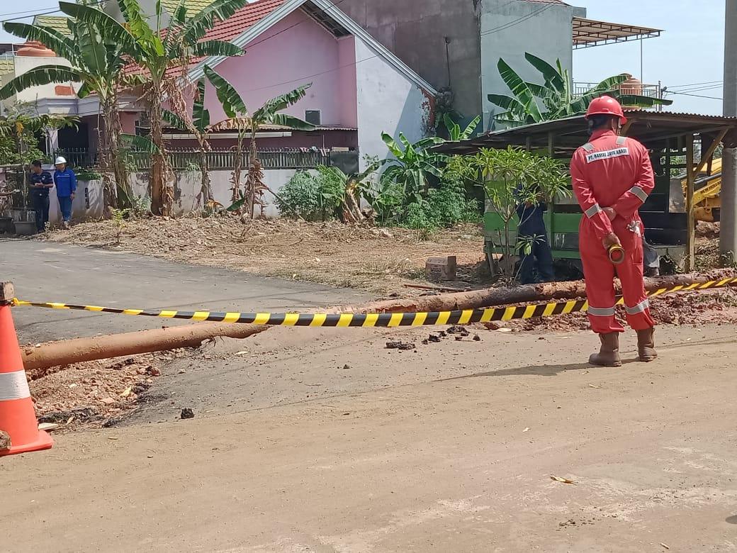Karyawan Pertamina ketika memperbaiki pipa-pipa tua yang bocor