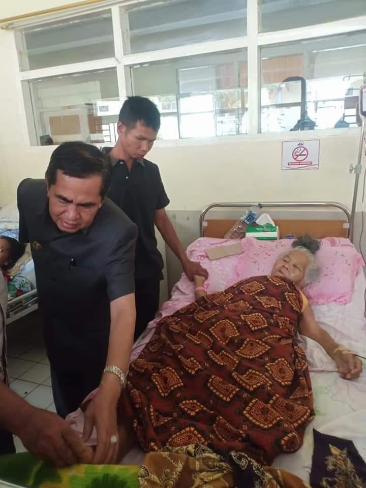 Walikota Sungai Penuh ketika menjenguk Nenek Nurmidan, korban serangan babi hutan