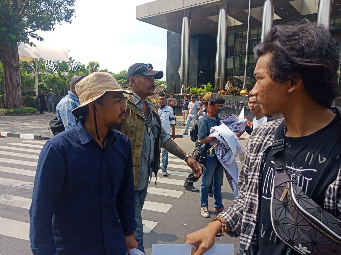 Sejumlah pria berbadan tegap mengusir mahasiswa jambi yang berdemo di depan KPK