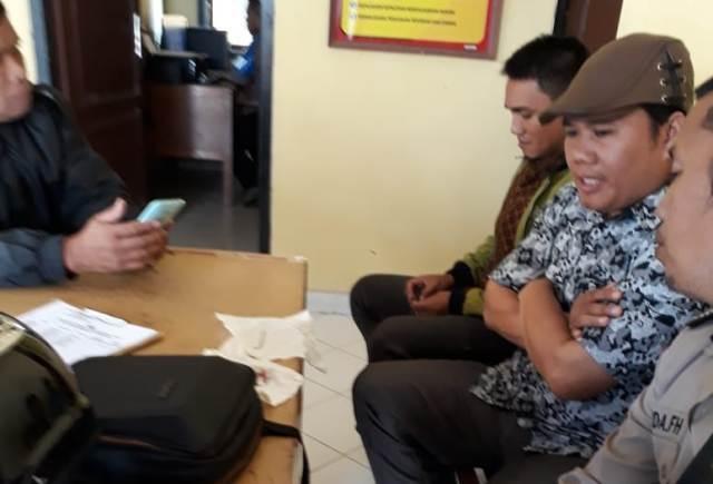 Ketua KPU Kerinci ketika membuat laporan ke polisi