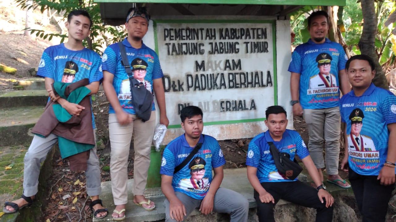 Garda Fachrori dan Tim Keluarga Fachrori Umar berfose di pintu masuk menuju Makam Datuk Paduko Berhalo.
