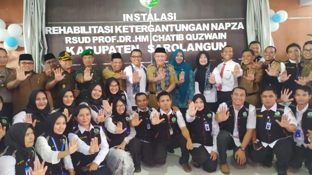 Foto bersama seusai Cek Endra meresmikan panti rehab gratis untuk pecandu narkoba.