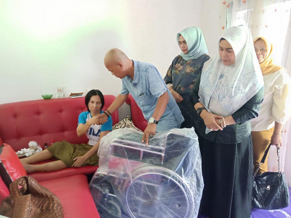 Robert Samosir mewakili Cek Endra menyerahkan bantuan kursi roda kepada Ibu nilawati, Warga Cempaka Putih, Kota Jambi
