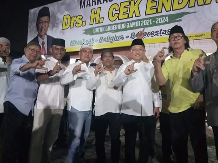 Cek Endra dan tim pemenangan berfose bersama di Markas Pemenangan Gedung Putih Telanaipura