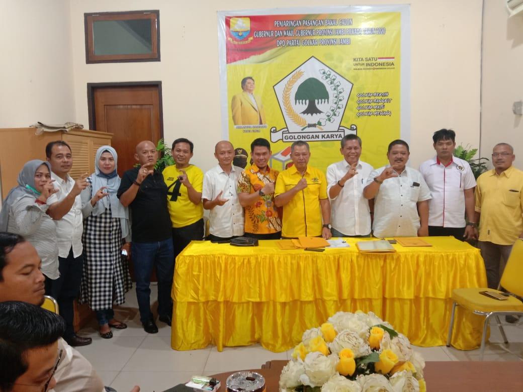 Foto bersama tim Cek Endra seusai mengambil formulir pendaftaran di Markas Golkar