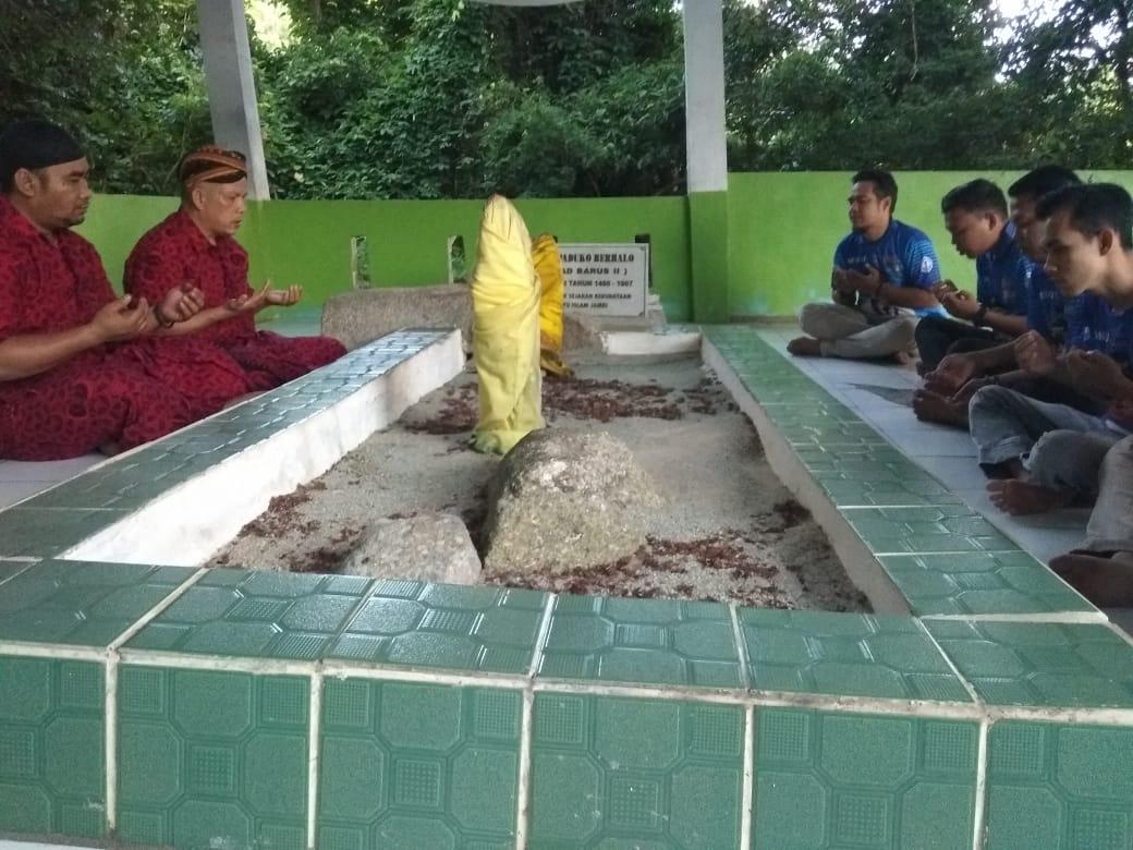 Miftahul Ikhlas memimpin ziarah ke makam Datuk Paduko Berhalo di Pulau Berhala