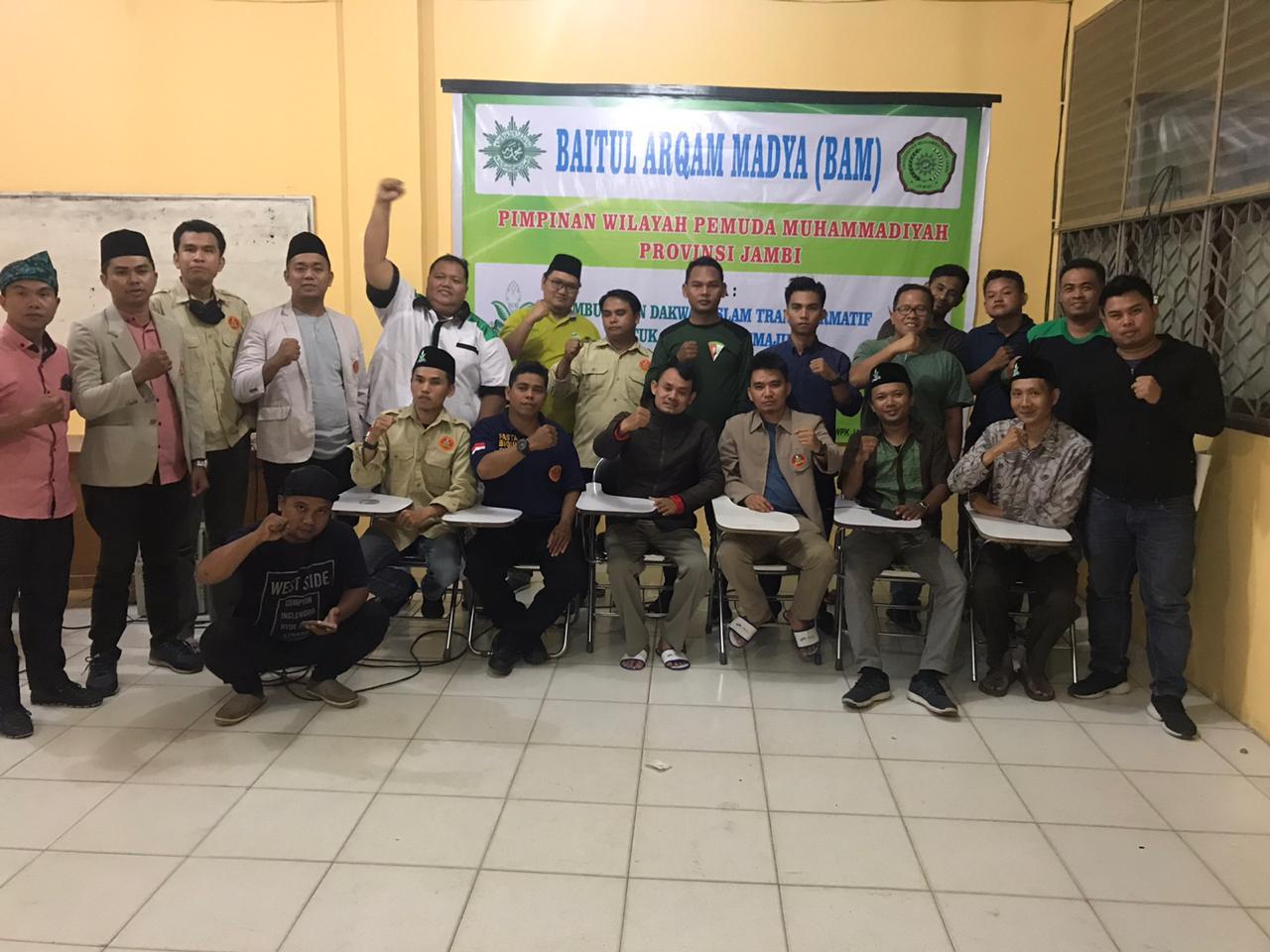 Foto bersama jajaran pengurus Pimpinan Wilayah Pemuda Muhammadiyah sesuai pelaksanaan Baitul Arqam Madya