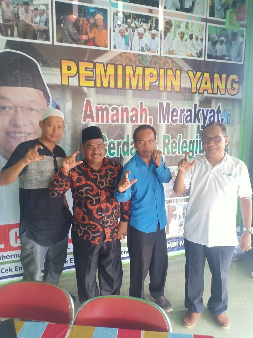 Buya HAdrami, Ketua NU Merangin ( mengenakan batik dan kopiah), mengangkat jari yang membentuk simbol C ketika datang ke markas CE Center Merangin.