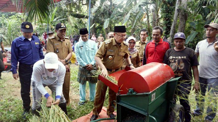 Cek Endra mencoba mesin penggiling padi sebelum menyalurkannya ke petani