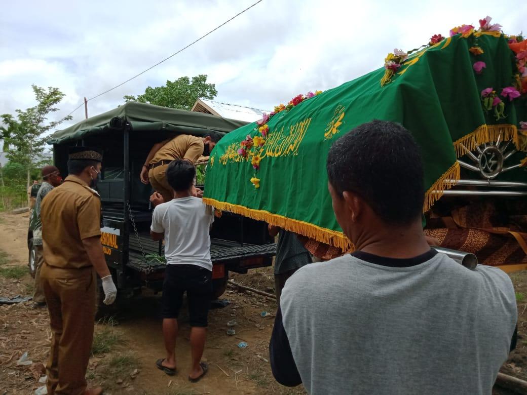 Atas perintah oknum camat, mayat warga diboyong pakai kendaraan trantib. Padahal Ambulance Cek Endra sudah siaga di lokasi untuk membantu.