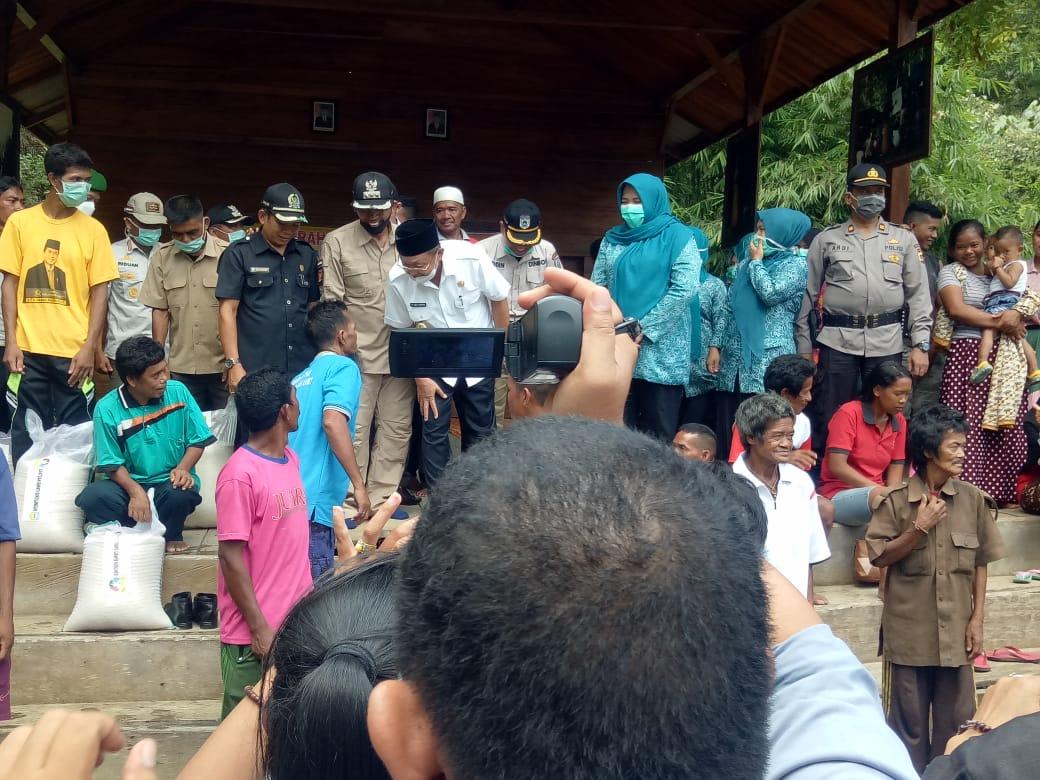 Seorang warga SAD curhat dengan Bupati Cek Endra di Bukit Suban