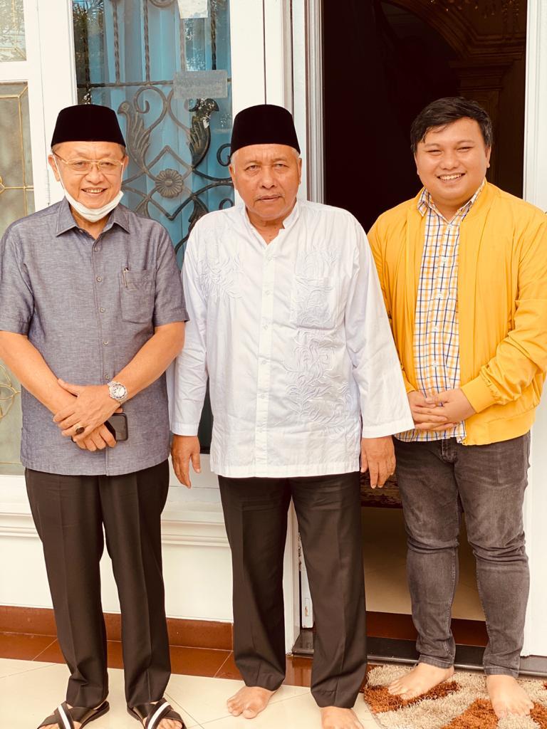 Budi Busyro (mengenakan jaket kuning) mendampingi sang ayahanda, Haji Busyro, menjamu lawatan Cek Endra, Bupati Sarolangun itu di kediamannya, Lorong Aman, Thehok, ahad 19 April 2020, tadi siang.
