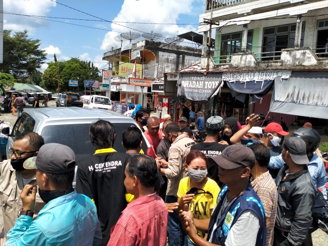 Relawan Cek Endra diserbu warga ketika membagikan masker gratis