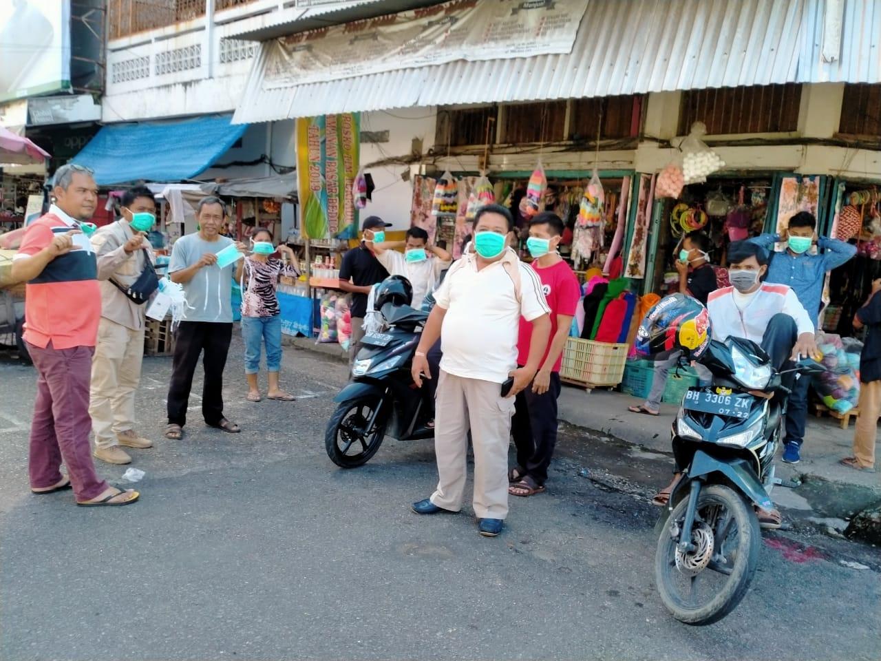 Komunitas Pecinta Cek Endra saat bagi-bagi masker di kawasan pasar kota jambi