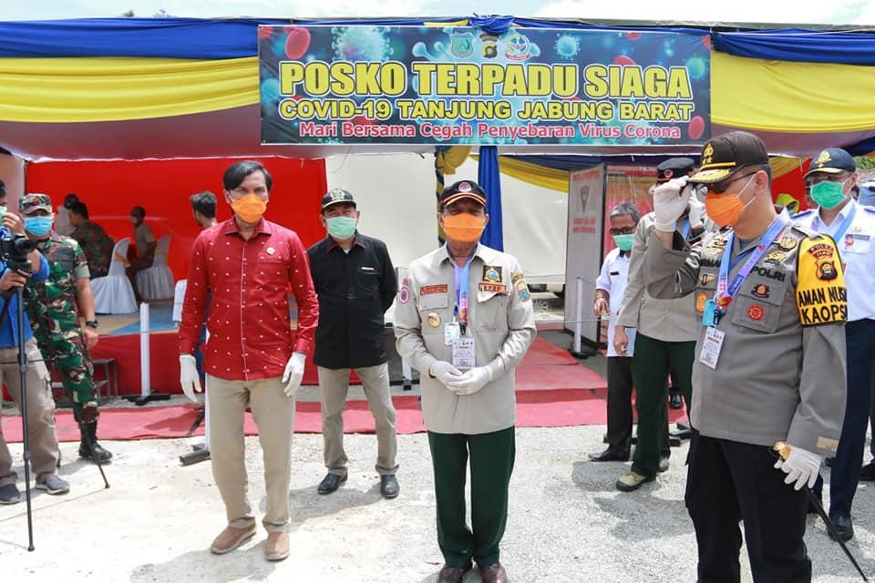 Gubernur Jambi Fachrori Umar (tengah) mengenakan masker diapit Ketua DPRD Edi Purwanto dan Kapolda Jambi Irjen Pol Firman Shantyabudi sewaktu mengecek posko Covid-19 di perbatasan Jambi-Riau, Rabu, kemarin.