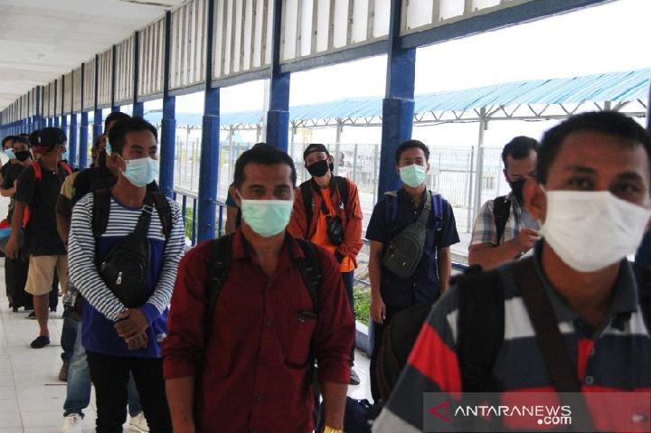 """ejumlah WNI terdampak """"lockdown"""" di Malaysia akan dipulangkan ke Sumatera Utara dari Pelabuhan Bandar Sri Junjungan Dumai di Dumai, Riau, Selasa, 31 Maret 2020. ANTARA FOTO"""