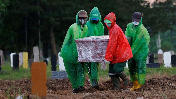 Pemakaman jenazah dengan protokol pasien Virus Corona. REUTERS/Willy Kurniawan