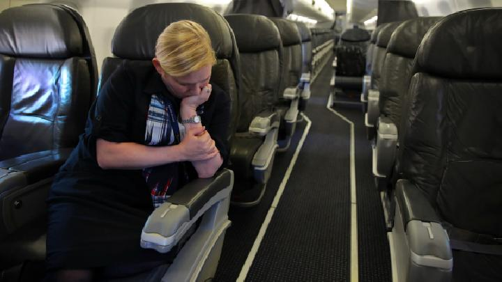 Ekspresi pramugari saat hanya membawa satu orang penumpang dalam penerbangan Washington dan New Orleans akibat dampak virus corona atau Covid-19 di Washington, 3 April 2020. REUTERS/Carlos Barria