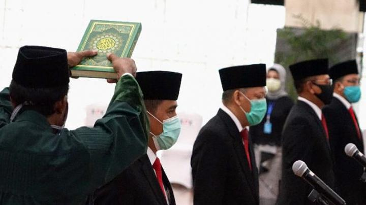 Suasana upacara pelantikan serah terima jabatan empat pejabat baru KPK yang dilakukan secara tertutup karena mengikuti protokol pencegahan virus Corona, di gedung KPK, Jakarta, Selasa, 14 April 2020. kpk.go.id