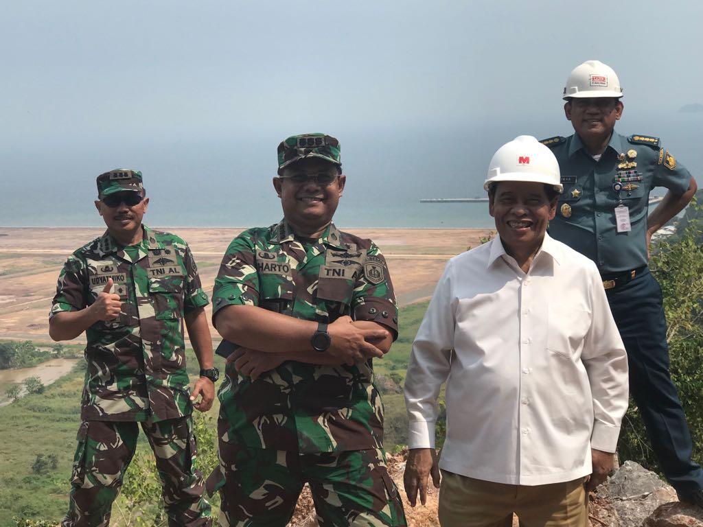 Murady Darmansyah tampak akrab berfose bersama pejabat TNI AL