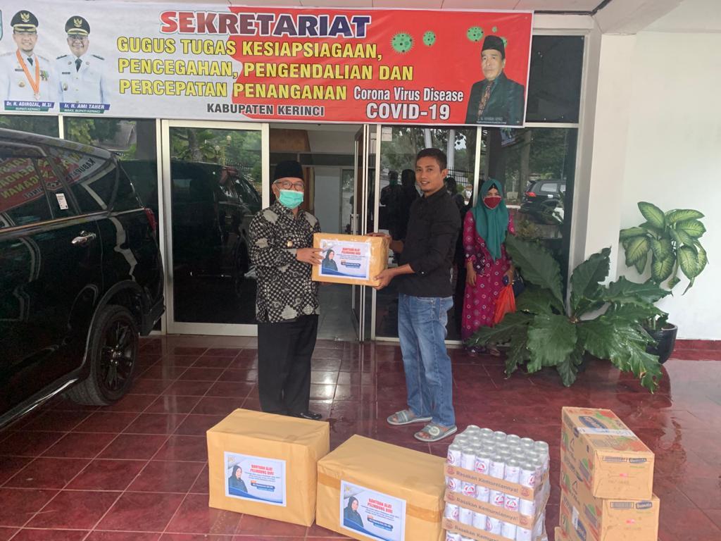 Wabup Ami Taher menerima bantuan APD dan minuman kesehatan dari Ria Mayang Sari