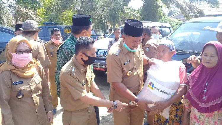 Mewakili Bupati Cek Endra, Wabup Hilal menyalurkan beras secara simbolis ke warga
